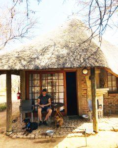 Hessel en de honden bij het huisje