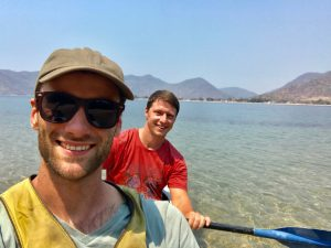 Hessel en Dilo in een kayak