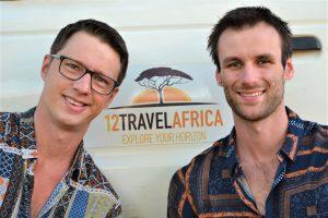 Dilo en Hessel bij het logo van 1 2 Travel Africa