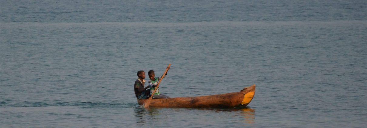 Jongens in een houten kano op Lake Malawi