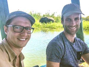 Dilo en Hessel met een olifant tijdens een boot safari in Malawi