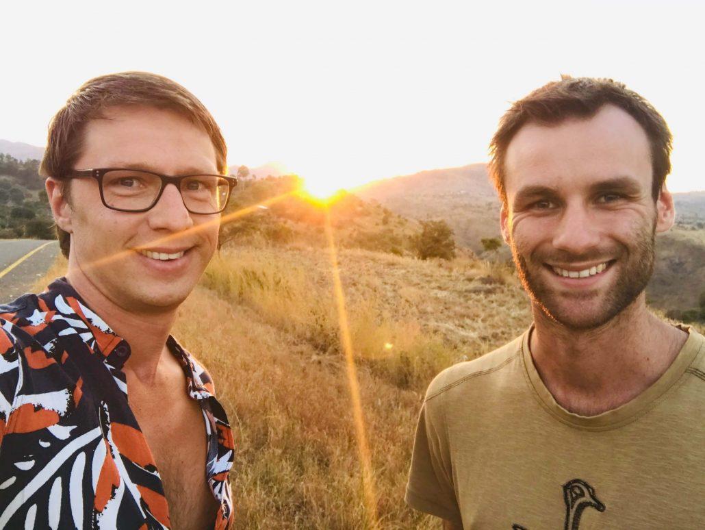 Dilo en Hessel met een Afrikaanse zonsondergang