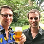 Dilo en Hessel met een biertje