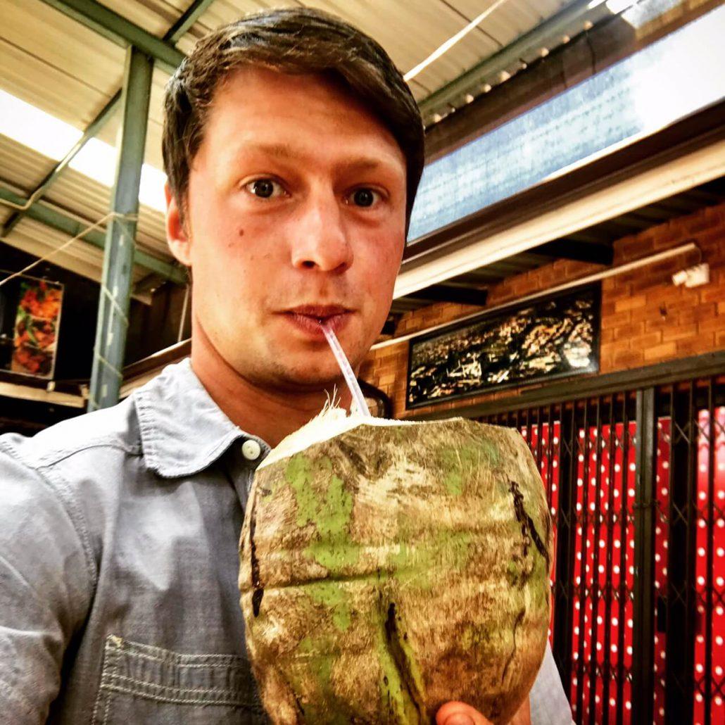 Dilo drinkend uit een kokosnoot